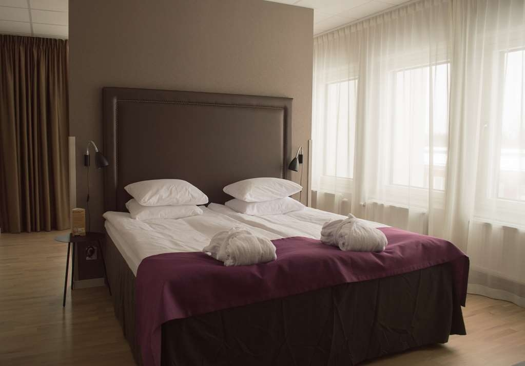 Best Western Plus Park Airport Hotel - The five Business hotel rooms are for travellers seeking maximum comfort and that little something extra. Enjoy a spacious king-size bed, a generous lounge nook with a Nespresso coffee maker, and plenty of space to rest and work. Amenities: • King size Hilding bed • Fully tiled bathroom with shower • Lounge corner with a comfortable and spacious armchair • 40-inch smart TV • Nespresso coffee and tea maker • Workspace • Bathrobe and slippers • Safe • Hairdryer • Iron and ironing board The price always includes: • WiFi • Gym access • Breakfast buffet • Shuttle service between hotel and Arlanda