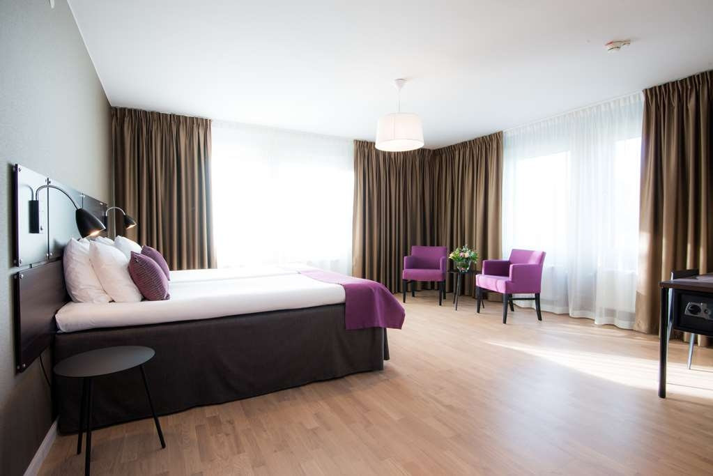 Best Western Plus Park Airport Hotel - A slightly bigger room in which two people can stay comfortably. The beds can be pushed together or apart and are suitable for both couples and friends or colleagues travelling together. Amenities: • 2x90 cm Hilding bed • Fully tiled bathroom with shower • Comfortable and spacious armchair • 40-inch smart TV • Workspace • Electric kettle for coffee/tea • Safe • Hairdryer The price always includes: • WiFi • Gym access • Breakfast buffet • Shuttle service between hotel and Arlanda