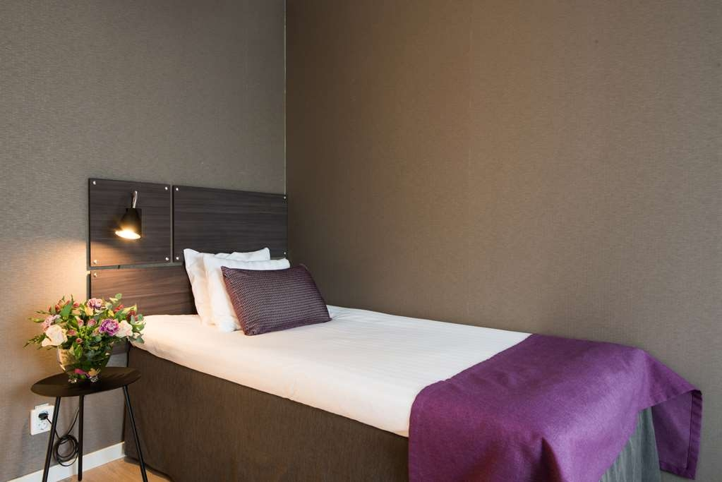 Best Western Plus Park Airport Hotel - Standard Single The smallest room has the same cosy atmosphere as the rest of the hotel and is best for the solo traveller – whether for business or leisure. Amenities: • Hilding bed (105 cm) • Fully tiled bathroom with shower • Comfortable and spacious armchair • Workspace • Electric kettle for coffee/tea • Safe • Hairdryer • 40-inch smart TV The price always includes: • WiFi • Gym access • Breakfast buffet • Shuttle service between hotel and Arlanda