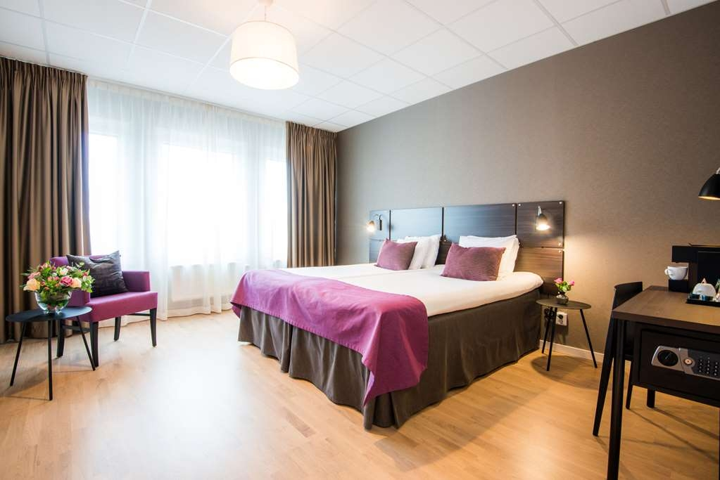 Best Western Plus Park Airport Hotel - A slightly bigger room in which two people can stay comfortably. The beds can be pushed together or apart and are suitable for both couples and friends or colleagues travelling together. Amenities: • 2x90 cm Hilding bed • Fully tiled bathroom with shower • Comfortable and spacious armchair • 40-inch smart TV • Workspace • Electric kettle for coffee/tea • Safe • Hairdryer