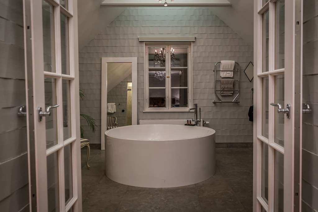 V Hotel Helsingborg, BW Premier Collection - V-Suite Bathroom, for a relaxing time.