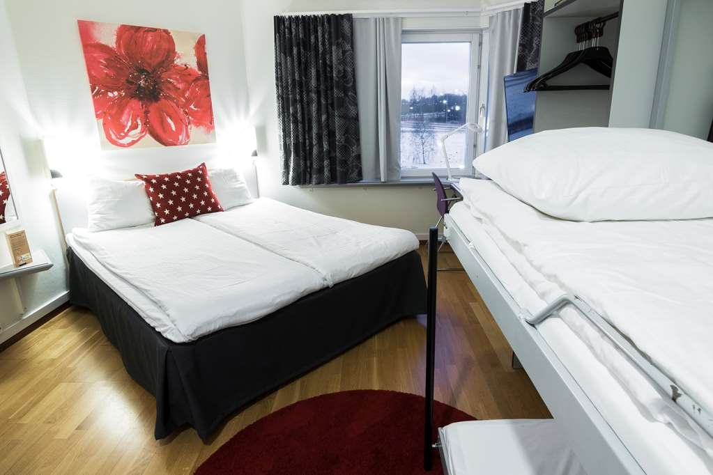 Best Western Eurostop Orebro - Family room with a queen size bed and a bunk bed for the children. Suitable for up to four people.