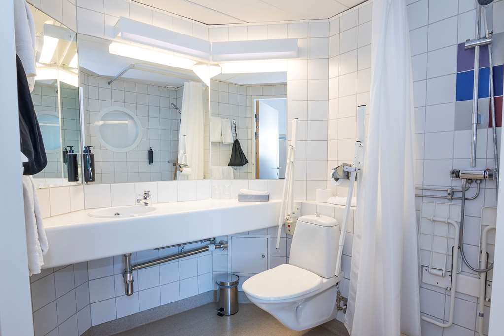 Best Western Eurostop Orebro - Accessible bath room.