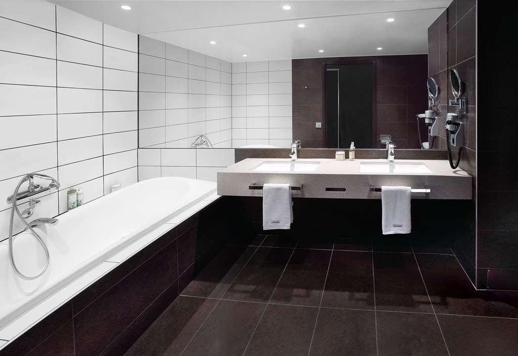 Best Western Plus Waterfront Hotel - Suite Bathroom