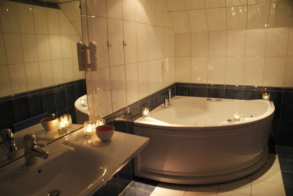 Best Western Hotel Statt Katrineholm - In our Deluxe Room with One King Size Bed you will find a Jacuzzi® and a separate toilet.