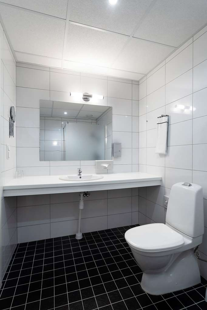 Best Western Stockholm Jarva - Bathroom in the Standard Guest Room with One Queen Size Bed