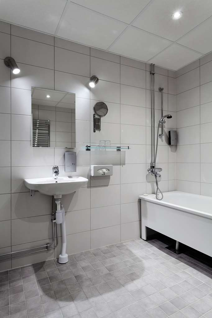 Best Western Stockholm Jarva - Bathroom in the Family Room with One Queen Size Bed and a Sofabed