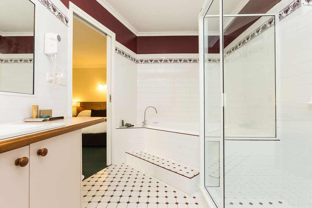 Best Western Stagecoach Motel - Our spa rooms have corner spa bath with separate shower.