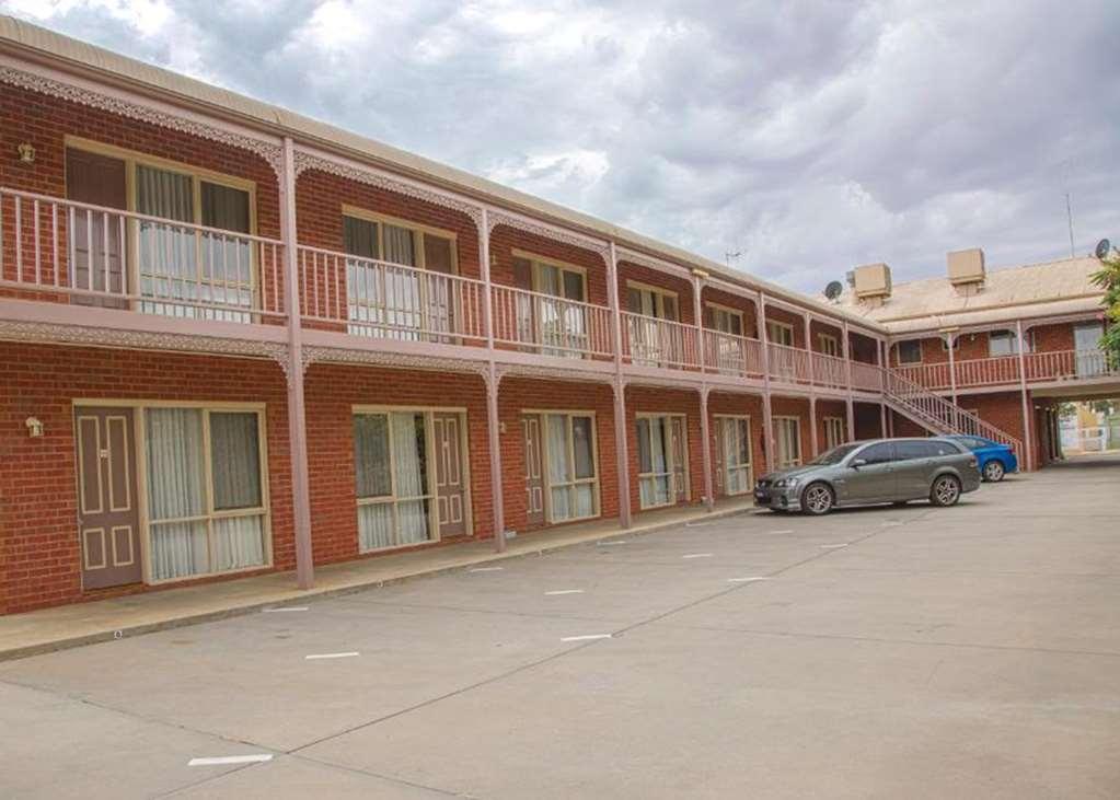 Best Western Burke & Wills Motor Inn - exterior parking area