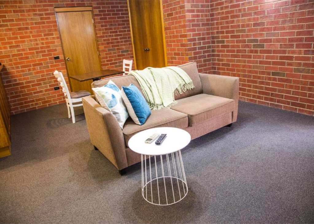 Best Western Burke & Wills Motor Inn - Guest room living area