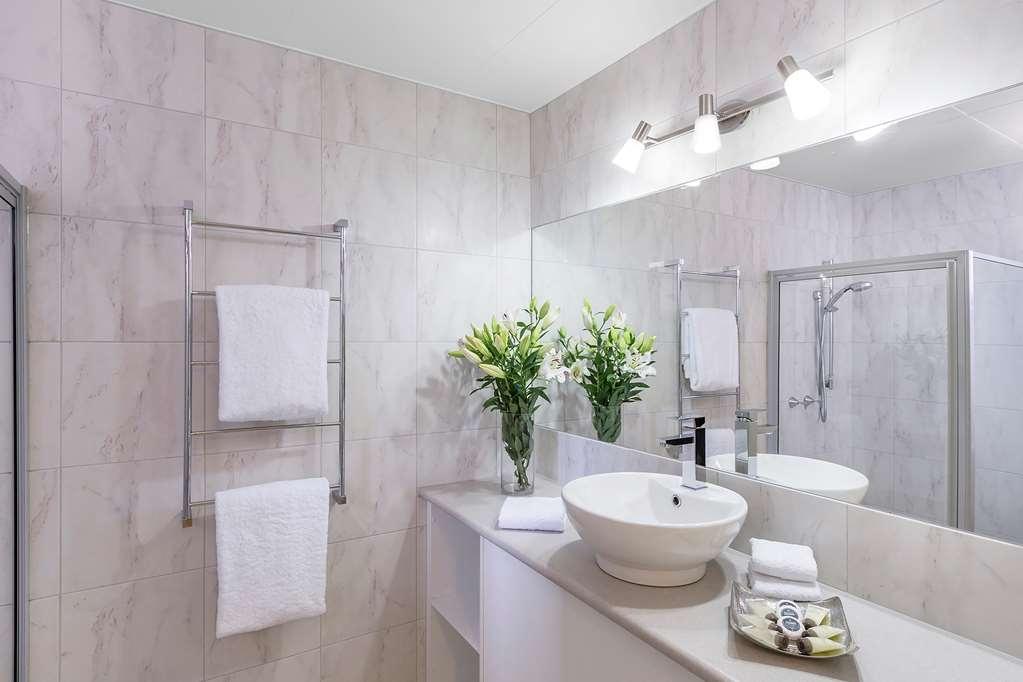 Best Western Cathedral Motor Inn - Best Western Cathedral Motor Inn - Deluxe Queen Jetted Tub Bathroom