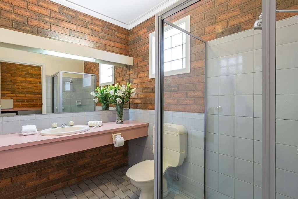 Best Western Cathedral Motor Inn - Best Western Cathedral Motor Inn - Standard Queen Bathroom