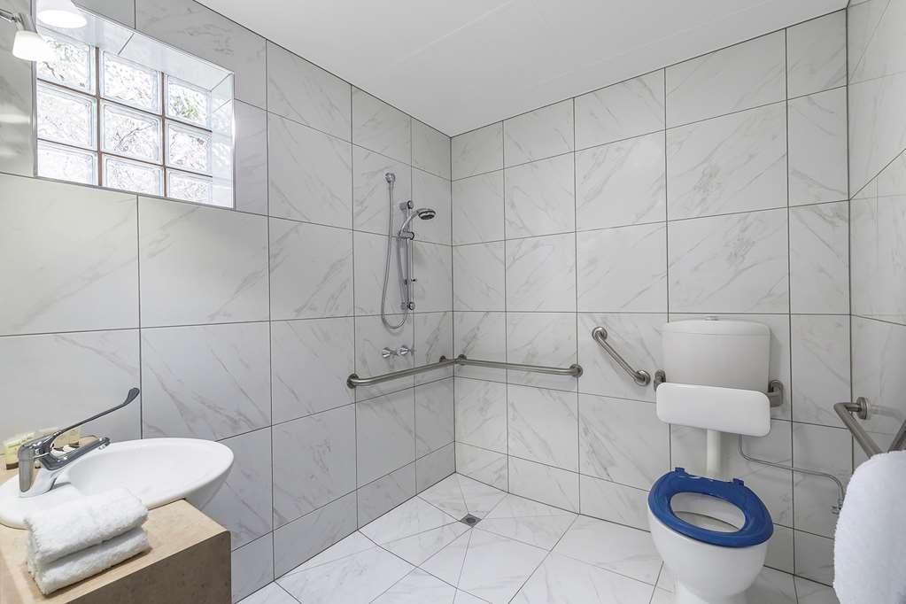 Best Western Cathedral Motor Inn - Best Western Cathedral Motor Inn - Mobility Accessible Bathroom