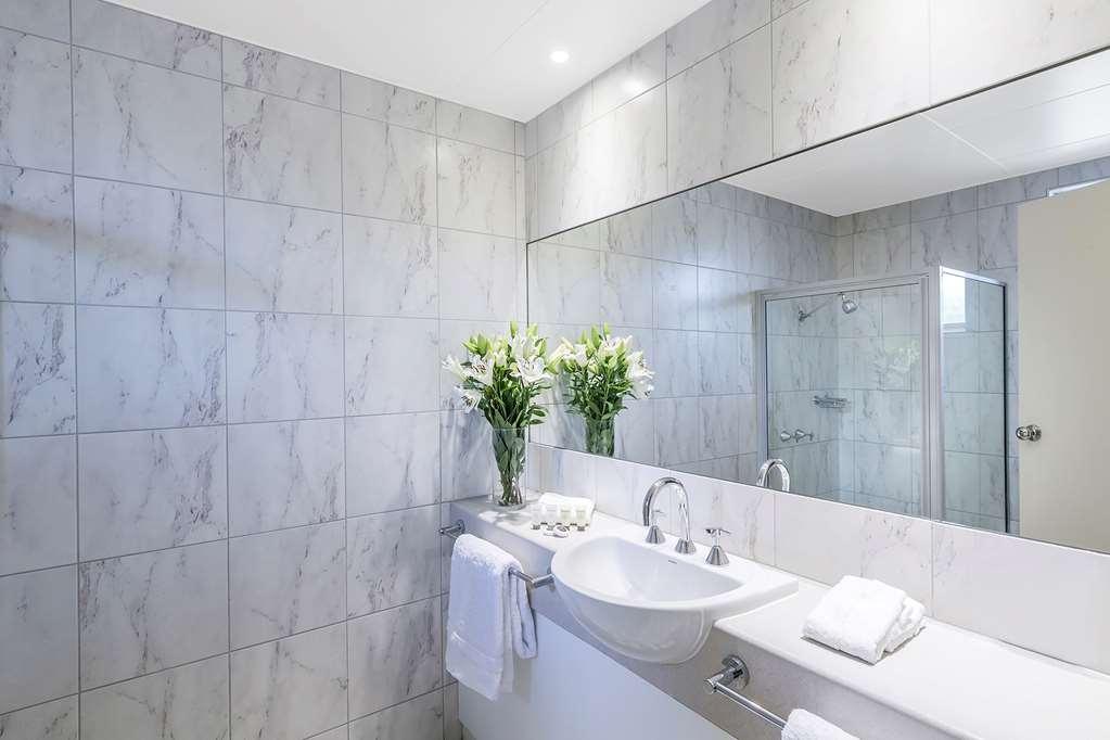 Best Western Cathedral Motor Inn - Best Western Cathedral Motor Inn - Deluxe Bathroom