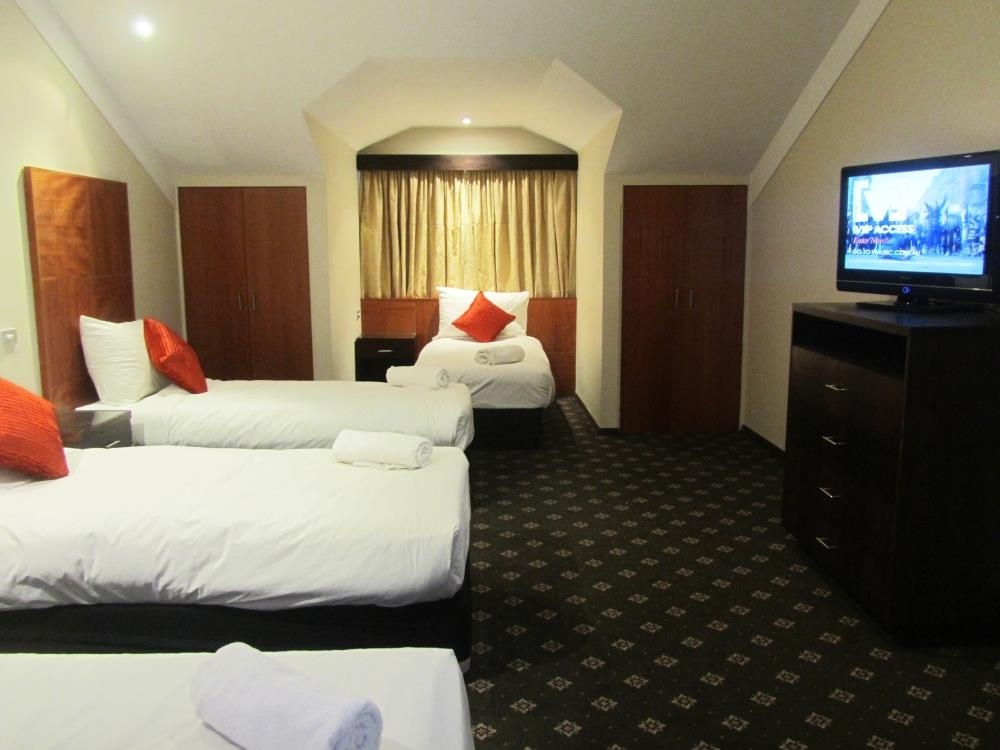 Best Western Plus Goulburn - King Apartment upstairs loft bedroom 4 single beds
