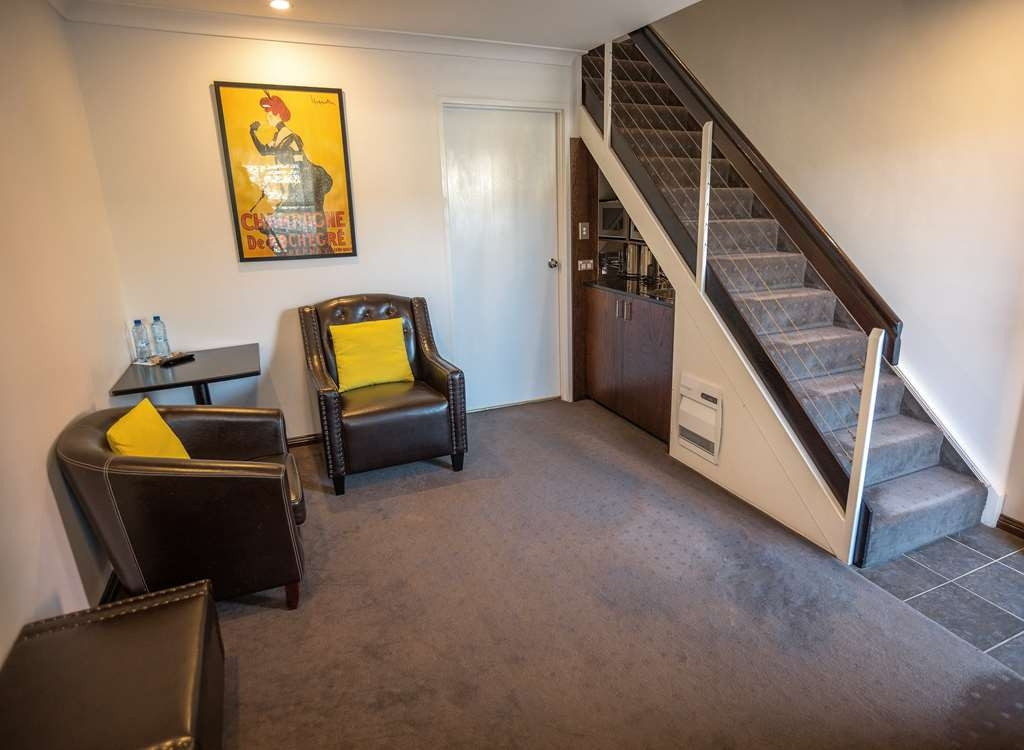 Best Western Plus Goulburn - King Loft Spa Downstairs Living Room