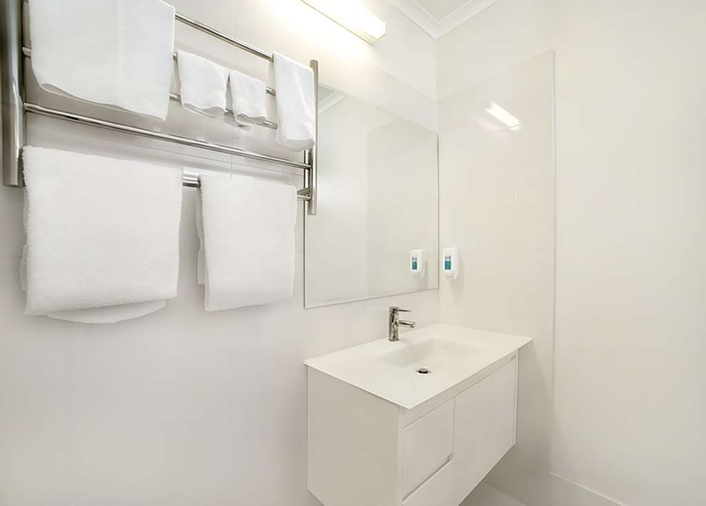 Best Western Admiralty Motor Inn - Superior Queen Bathroom