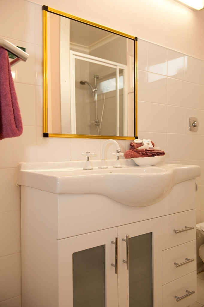 Best Western Balmoral Motor Inn - Guest Bathroom