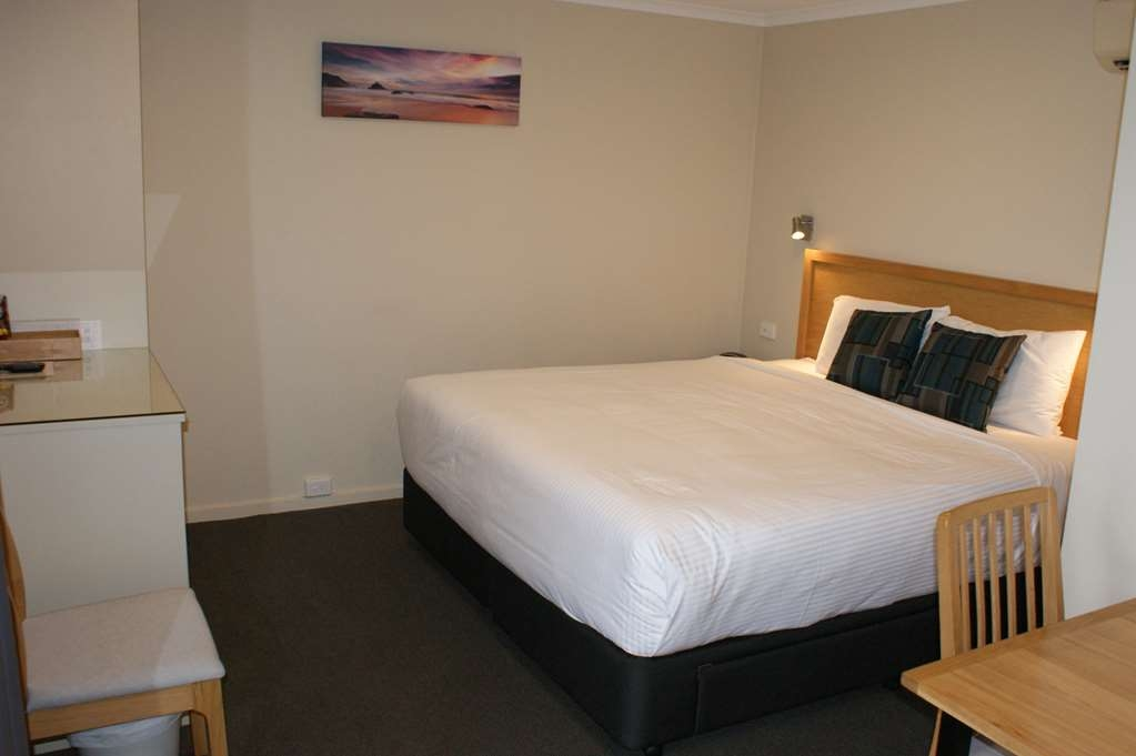 Best Western Apollo Bay Motel and Apartments - Twin Motel Room - King bed & Single bed - with Pool View