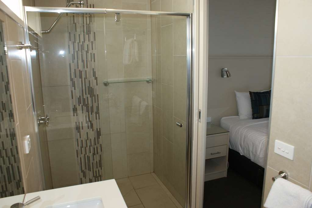 Best Western Apollo Bay Motel and Apartments - Motel Room - King bed - Bathroom