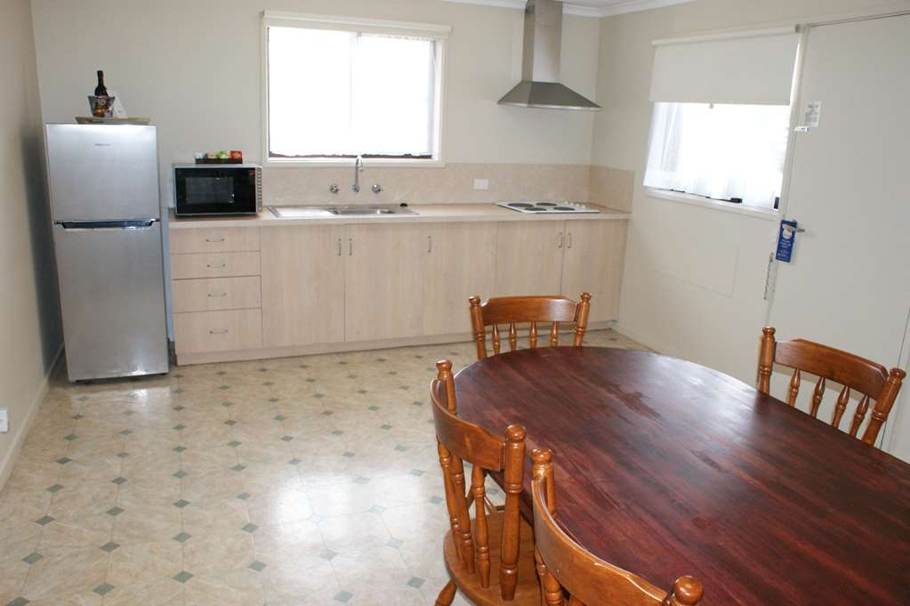 Best Western Apollo Bay Motel and Apartments - 2 Bedroom Self Contained Apartment – 1 King, 1 Queen and 1 Bunk bed - Kitchenette