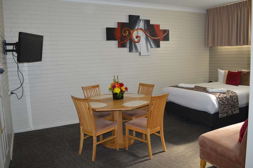Best Western Endeavour Motel - This room is equipped with one queen size bed and 3 single beds.