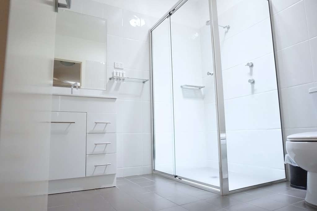 Best Western Plus Charles Sturt Suites & Apartments - Superior King Suite - Bathroom