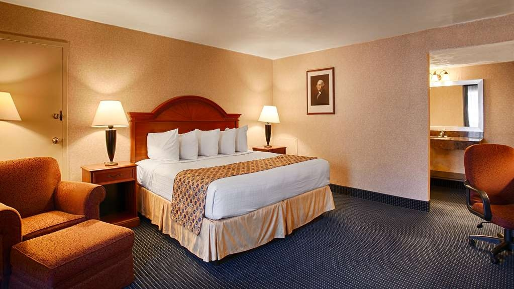Best Western Pentagon Hotel - Reagan Airport - Our roomy king bedroom is the perfect place to end your busy day.