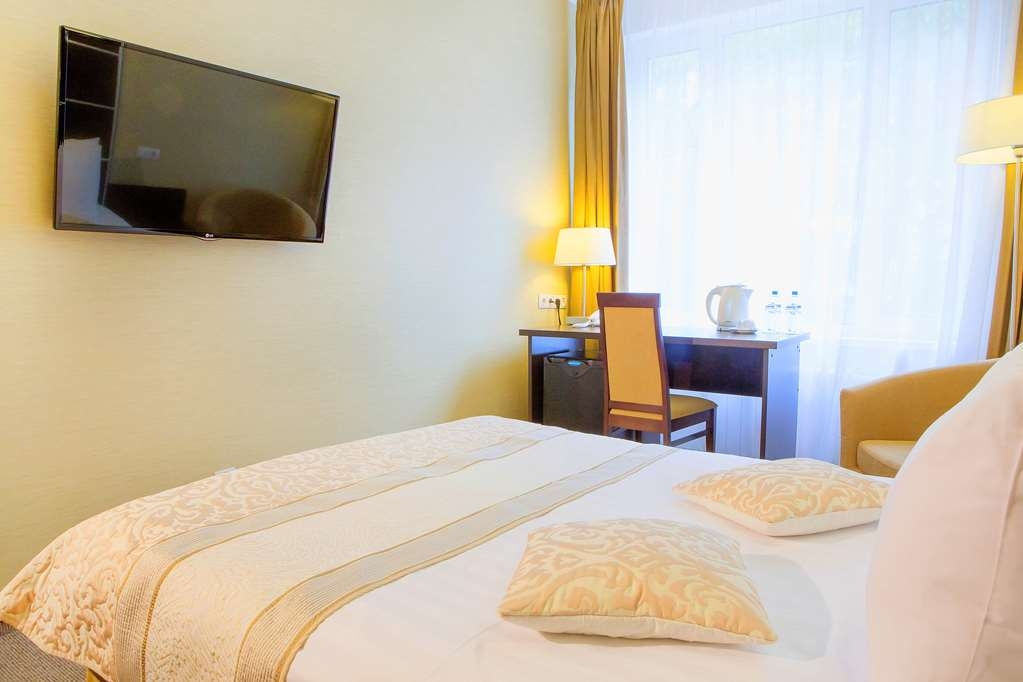 Best Western Kaluga Hotel - Deluxe Double Guest Room- Non-Smoking, Double Bed, Free Wi-Fi, Telephone, Television, Work Desk, Bathtub