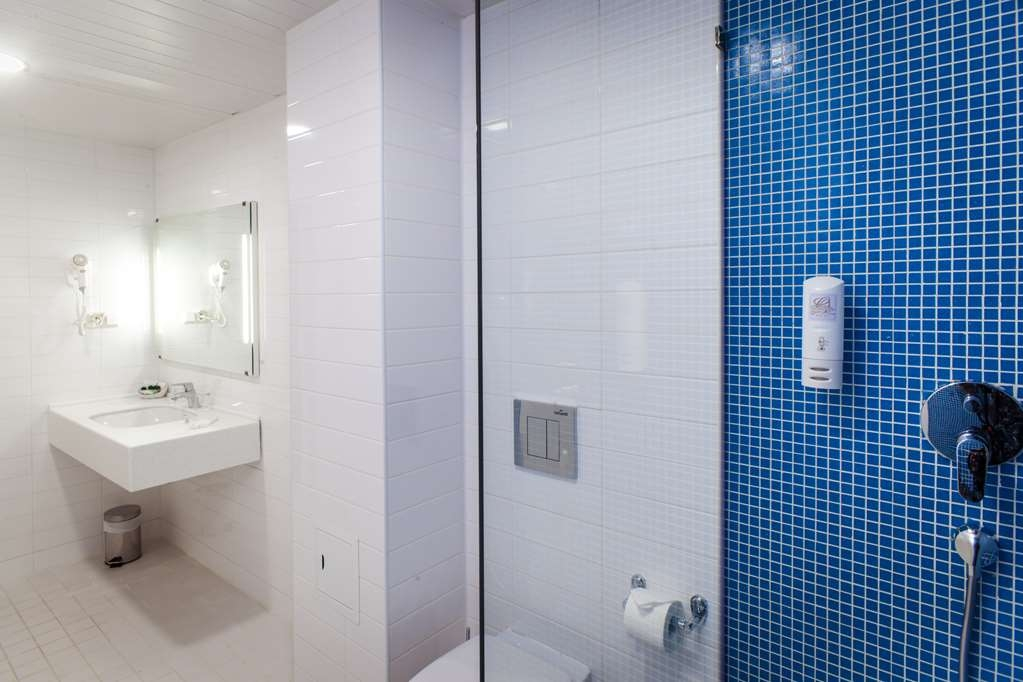 Best Western Plus Centre Hotel - Guest Room Bathroom