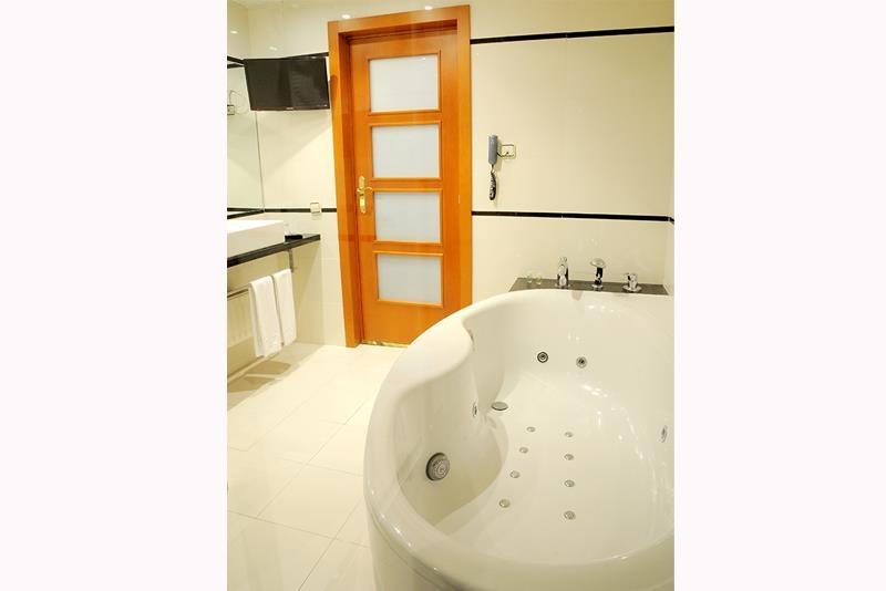 Best Western Premier Hotel Dante - Perfect bathroom of our Premier Suite. Enjoy the jacuzzy!