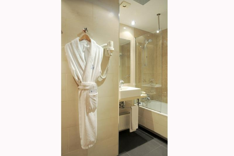 Best Western Premier Hotel Dante - Our fully equipped bathrooms also offer bathrobes and slippers.