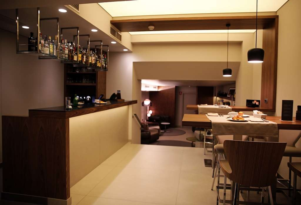 Best Western Premier Hotel Dante - Relax after a long day of work at our Lobby Bar.