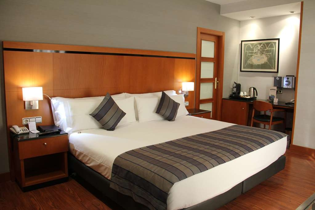 Best Western Premier Hotel Dante - Relax after a long day of travel in our Premier Suite and enjoy the king sice bed.