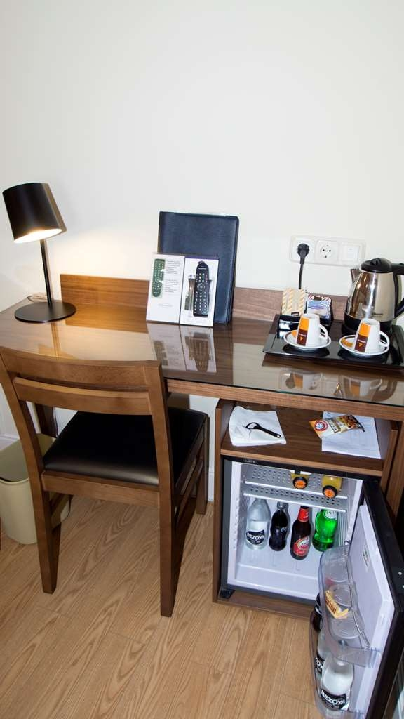 Best Western Hotel Los Condes - guest room bar/minibar