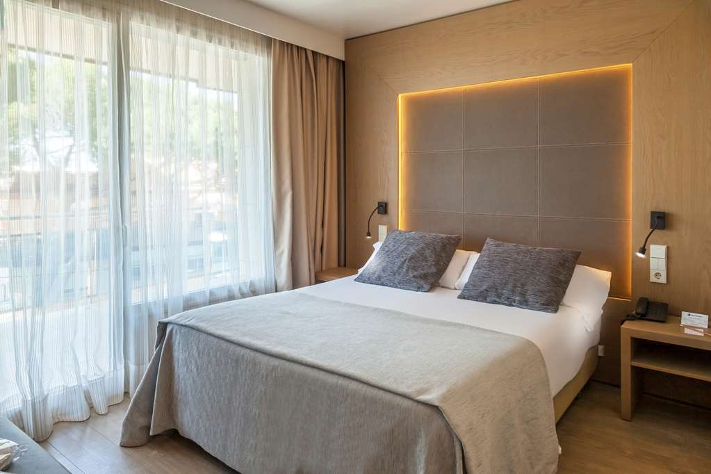 Best Western Hotel Mediterraneo - Large queen bed in the room