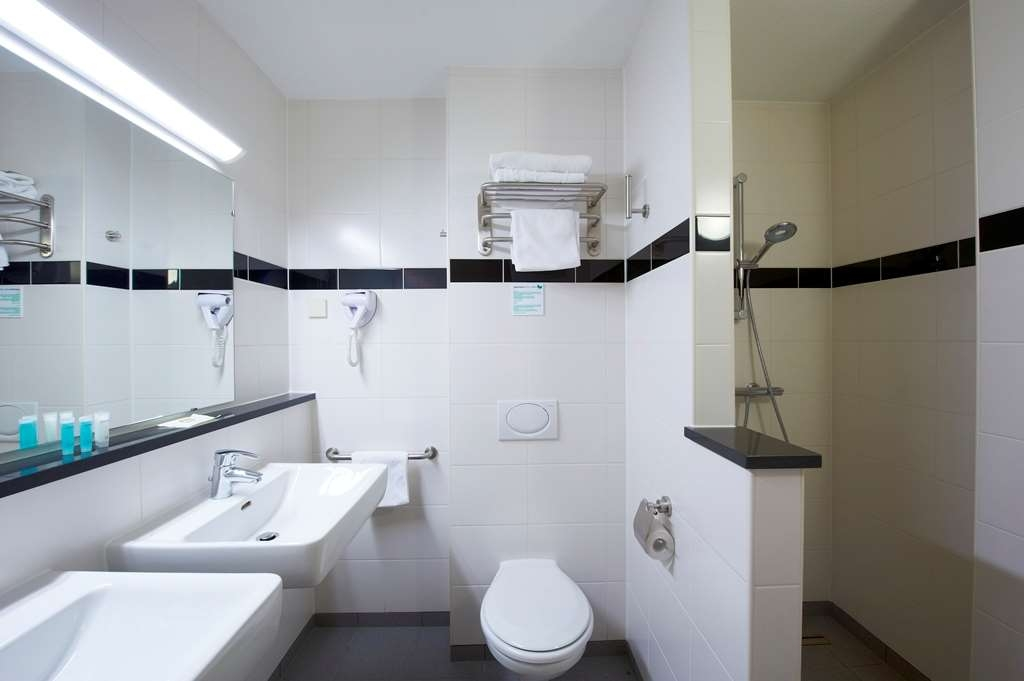 Best Western Plus Amsterdam Airport Hotel - Guest Bathroom