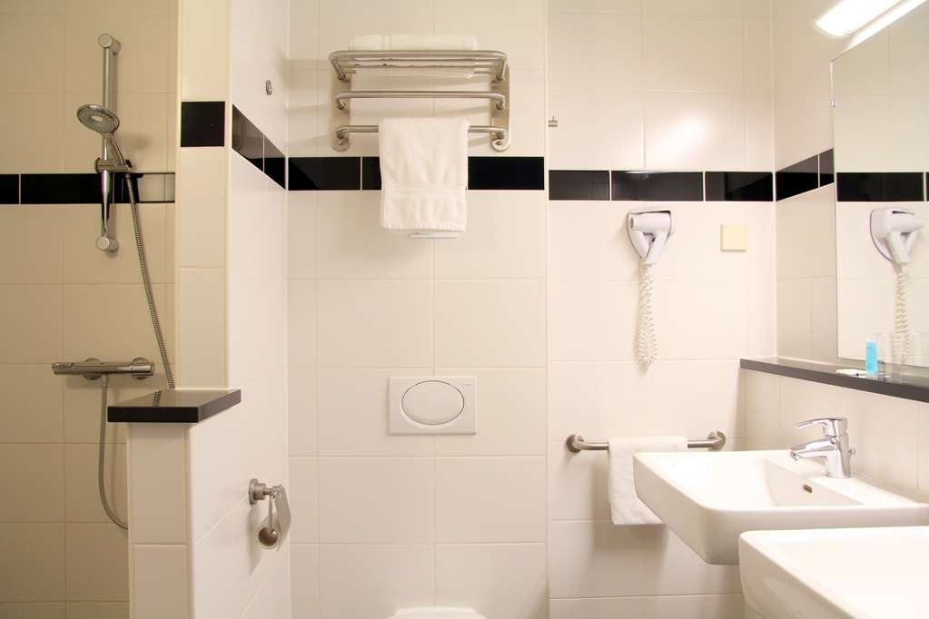 Best Western Plus Amsterdam Airport Hotel - Bathroom Deluxe Twin Room