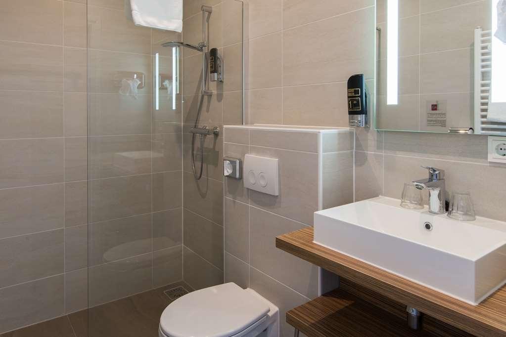 Best Western Hotel Den Haag - Family Room Bathroom