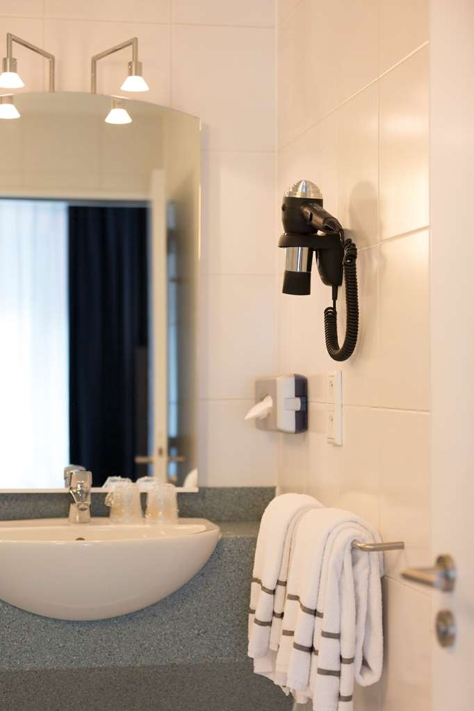 Best Western Hotel Docklands - Bathroom in standard room with double bed