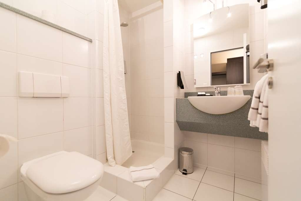 Best Western Hotel Docklands - Shower in standard room wth double bed