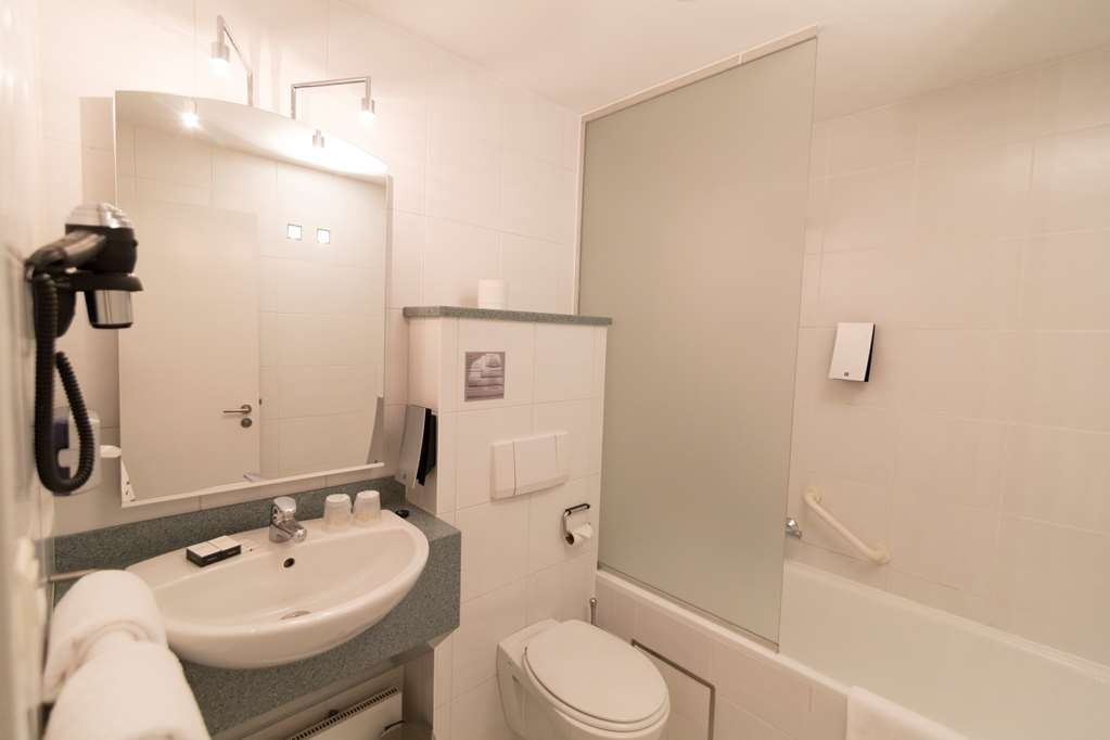 Best Western Hotel Docklands - Bath in standard room wth double bed