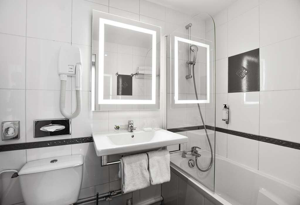Best Western Montcalm - Guest room bath