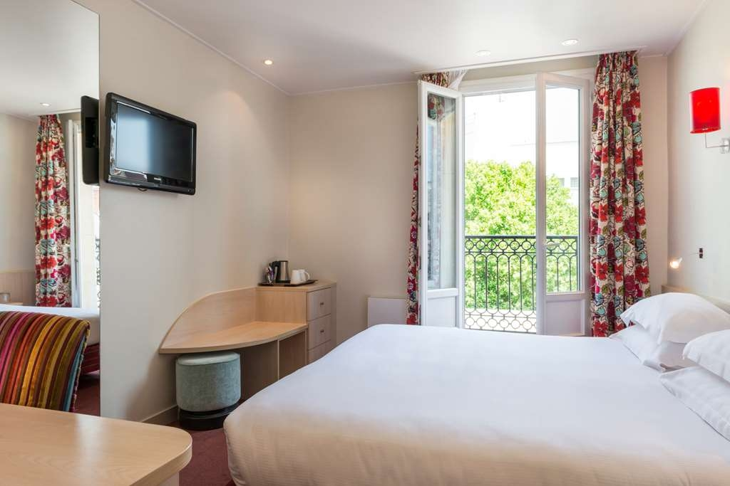 Best Western Jardin De Cluny - Comfort room with 1 King size bed (twin beds on request), with full bathroom.