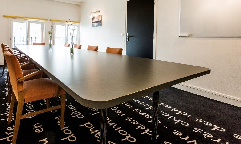 Best Western ARThotel - Meeting Room - 28m² - DAYLIGHT - Up to 14 persons with central meeting table.