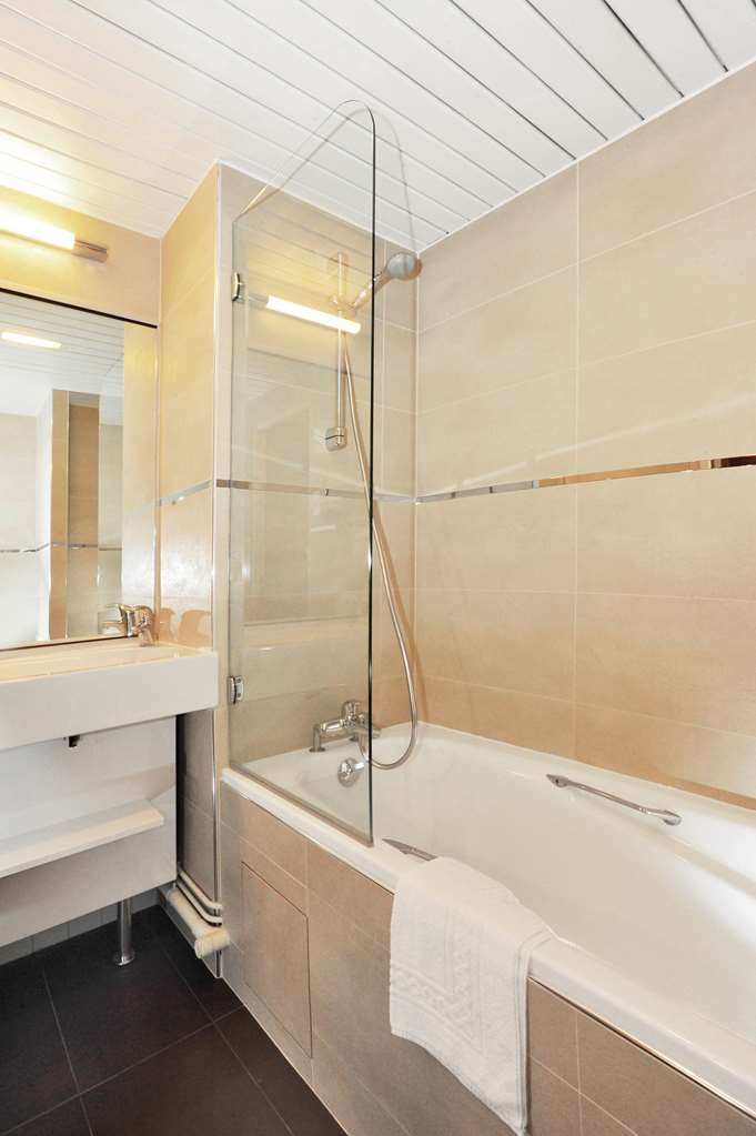 Best Western Plus Le Moderne - Deluxe Guest Bathroom
