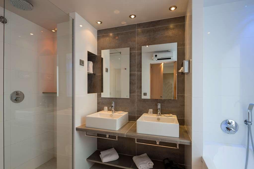 Best Western Plus Le Lavarin - Executive Guest Bathroom