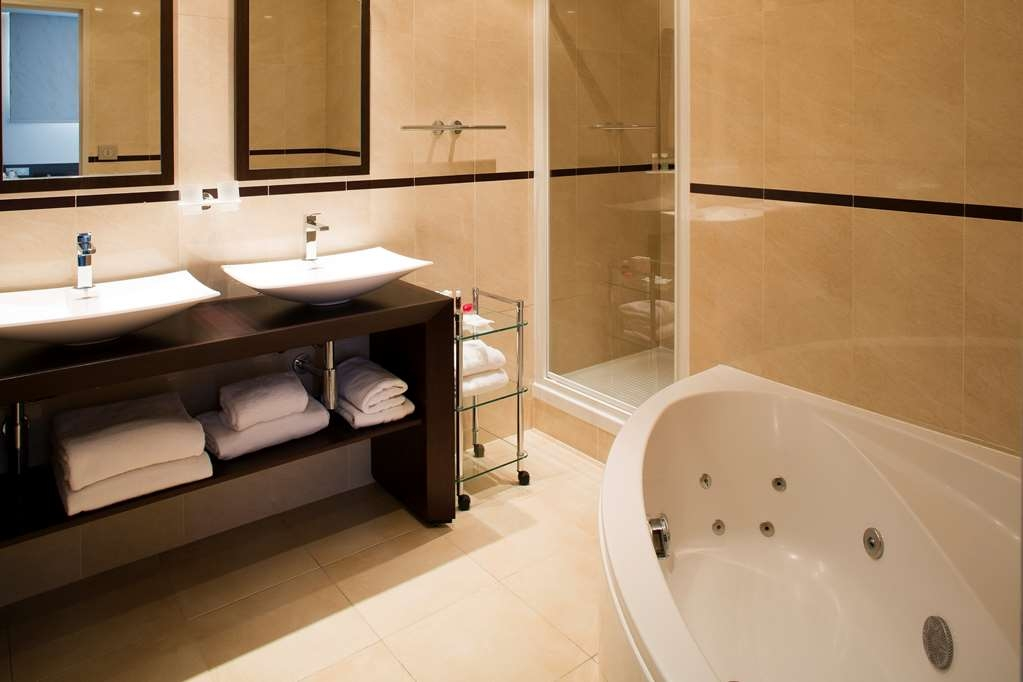 Best Western Premier Mondial - Suite Bathroom