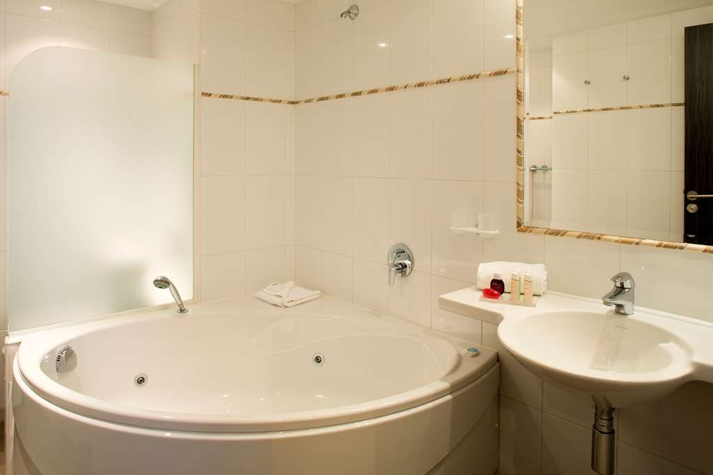 Best Western Premier Mondial - Superior Guest Bathroom