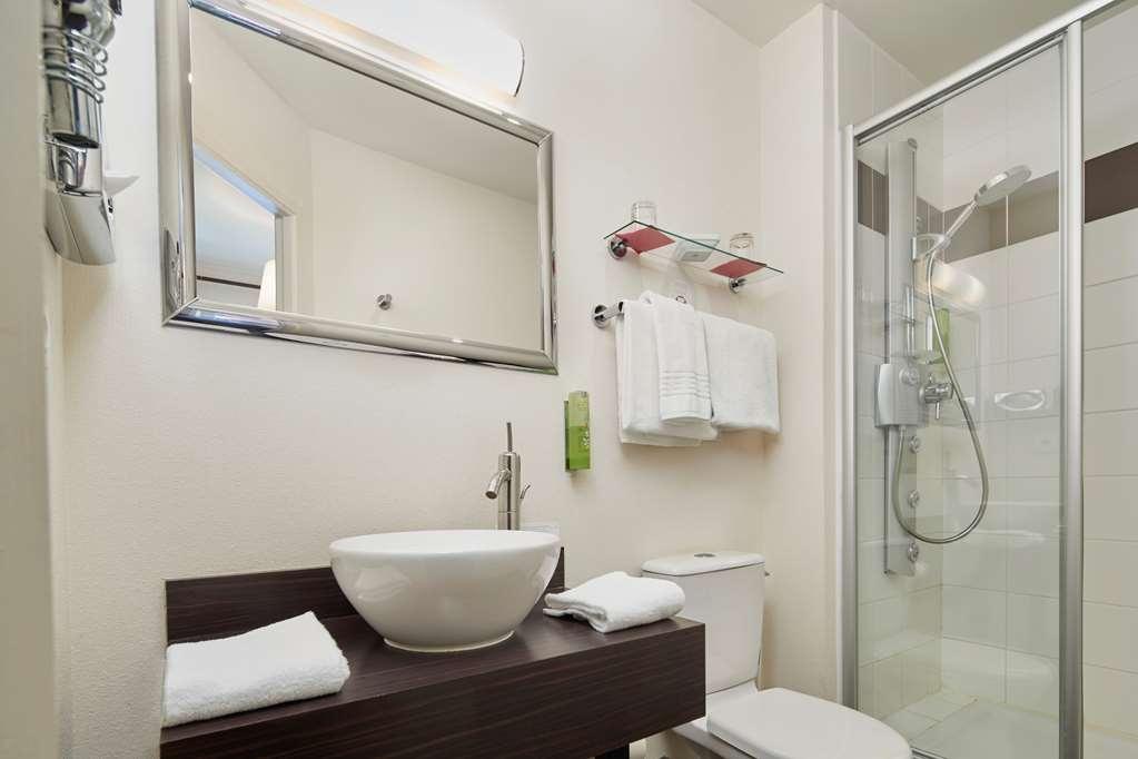 Best Western Brittany La Baule-Centre - guest bathroom